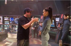 """J. J. Abrams dando instrucciones a Zoë Saldana durante el rodaje de """"Star Trek"""""""
