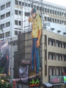 cartel gigante de un famoso actor indio